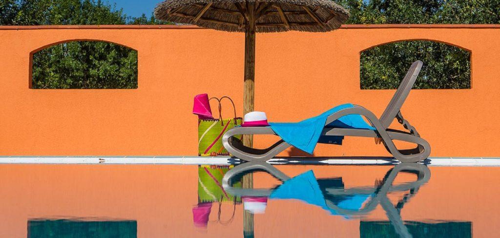 Farniente et lecture au bord de la piscine chauffée